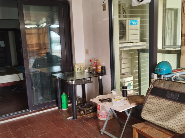 C607本店出租:太湖丽景3楼 50平2室1厅中等装修家电齐全1500元/月