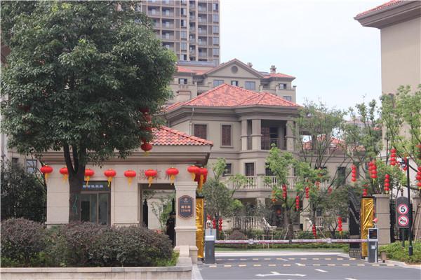 出售久立湖东府毛坯房21楼,面积85.26平,带产权车位,总价135万