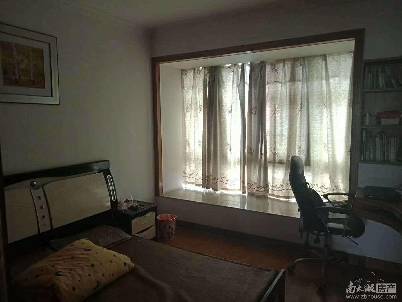 华海园3楼127平,3室2厅一卫,另一卫生间改成衣帽间,精装,无二税,160万