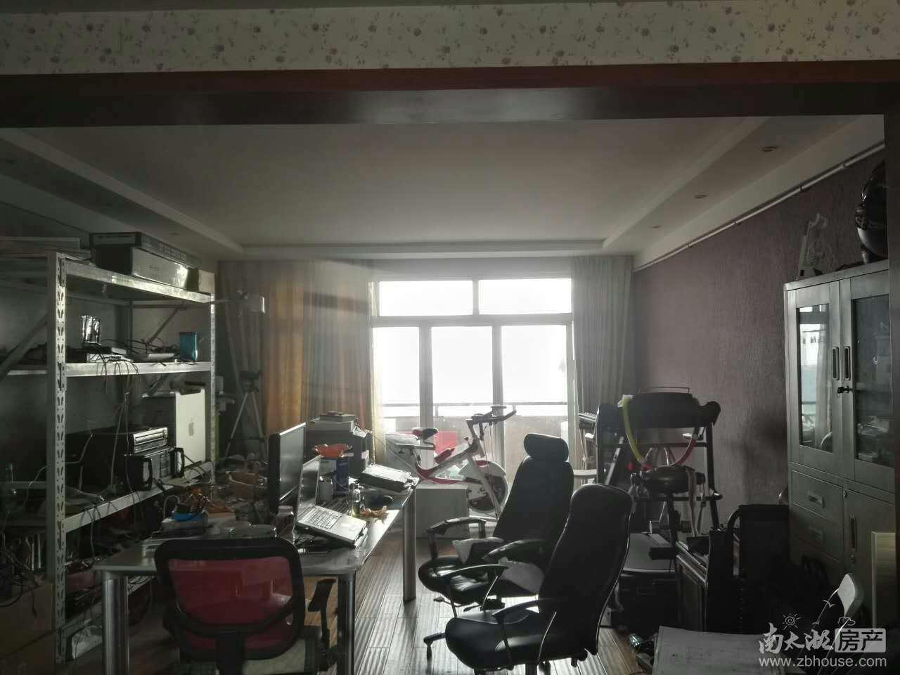 爱山中介 众鑫广场 三室一厅一卫 良装 3000元