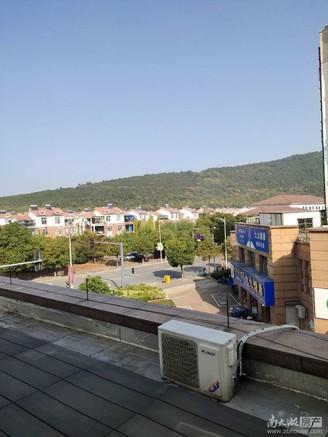 仁皇山片区,仁皇山小学对面,黄金3楼,带超大露台100多平,喜欢露台的可以了解下
