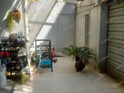 凤凰二村一楼带院子实际面积100多,自住环保精装三室两厅,带储藏室和车位125万