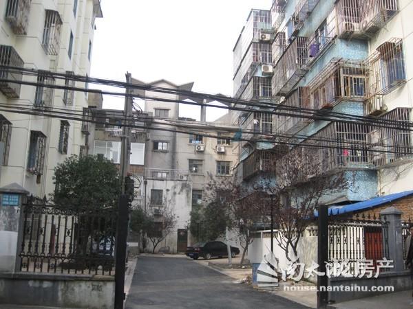 洗帚弄5楼三室一厅空调三台,热水器家具1300元