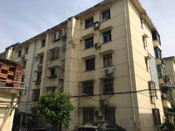 出租红丰新村3楼一室半一厅48平方米一般装修空调热水器,家具等1300元月
