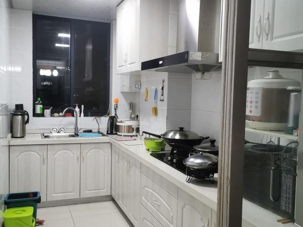 东部新城,卡丽兰花园,2室,自住精装,房东保养的很好,满2年