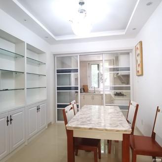 出售凯莱国际2室2厅居家精装,户型通透带花园